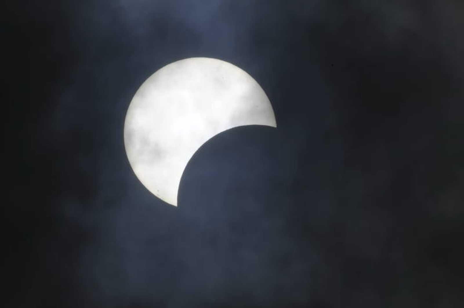 La imagen muestra un eclipse solar parcial.