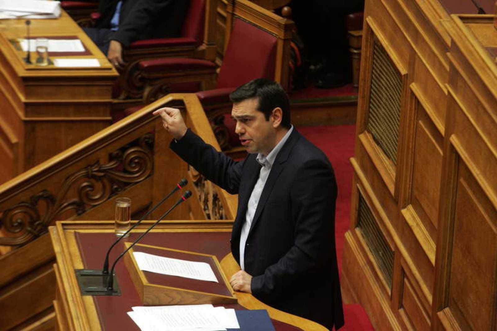 El primer ministro griego, Alexis Tsipras, habla en la sesión del Parlamento en Atenas que ha aprobado exigir a Alemania compensaciones por la II Guerra Mundial
