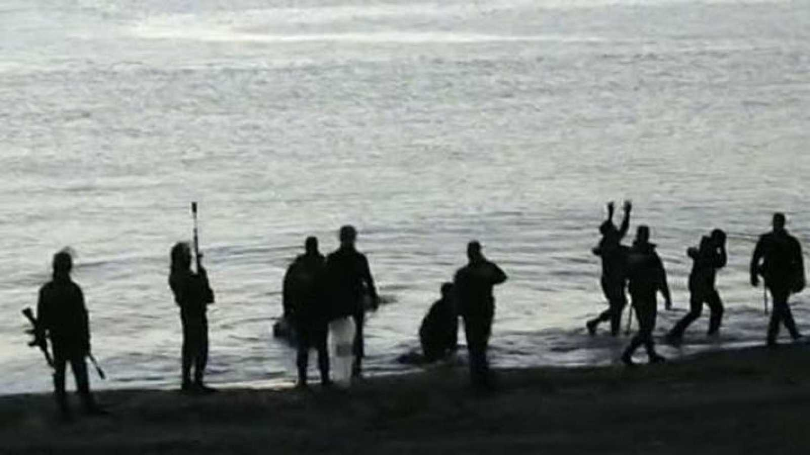 Imagen de archivo de los agentes de la Guardia Civil el día de la tragedia en la playa del Tarajal
