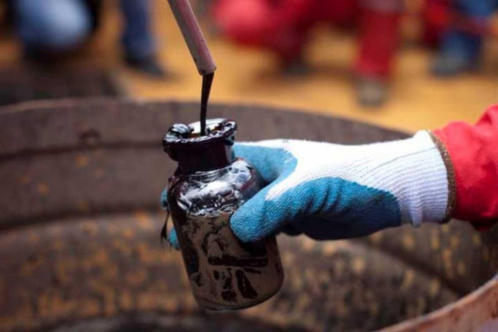 Detalle de la recogida de muestras de petróleo