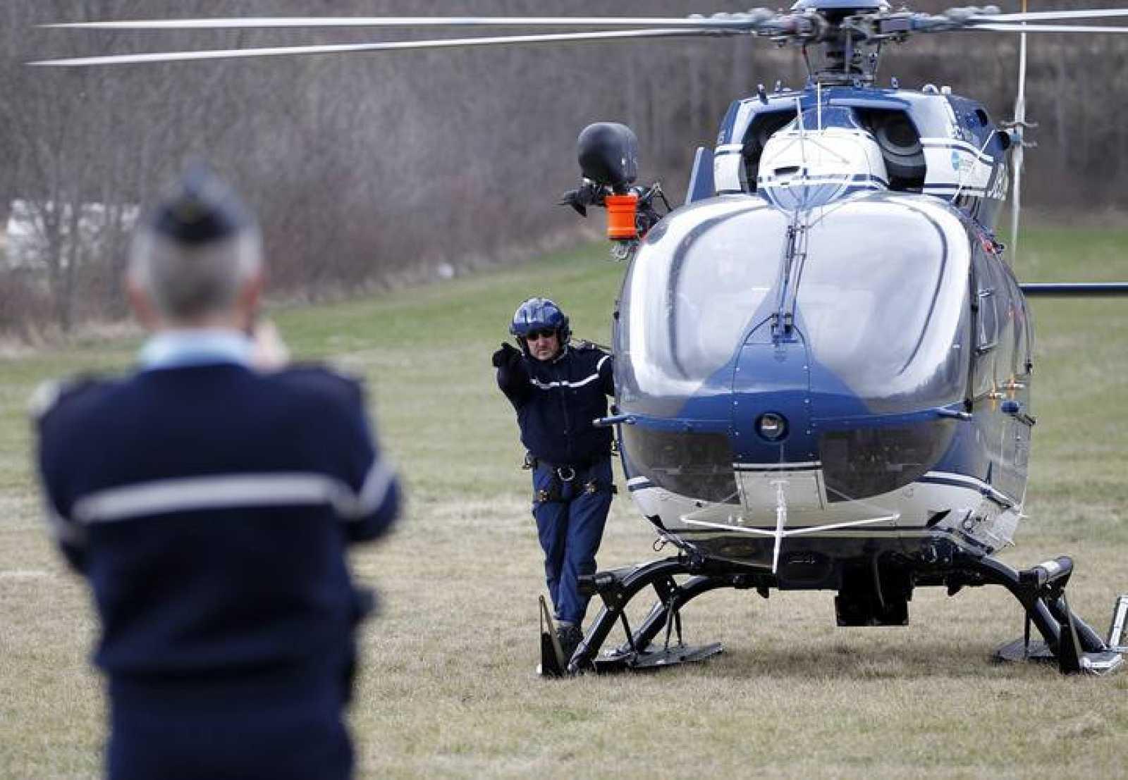Miembros de la Gendarmería suben a un helicóptero cerca del lugar del siniestro
