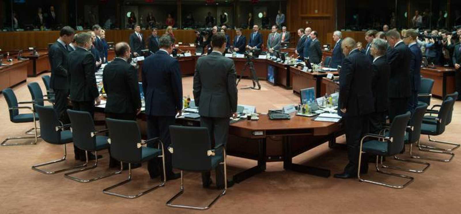 Los líderes de los Veintiocho guardan un minuto de silencio por las víctimas de la tragedia antes de celebrar su reunión extraordinaria.