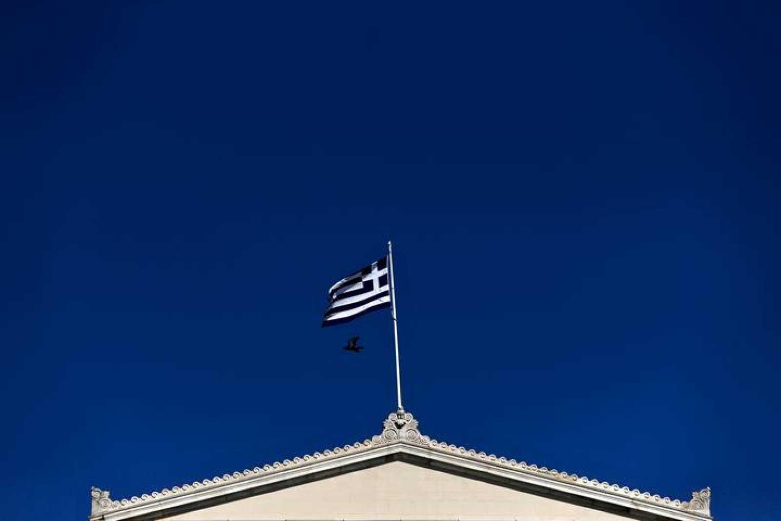 Imagen de la bandera griega sobre el Parlamento heleno