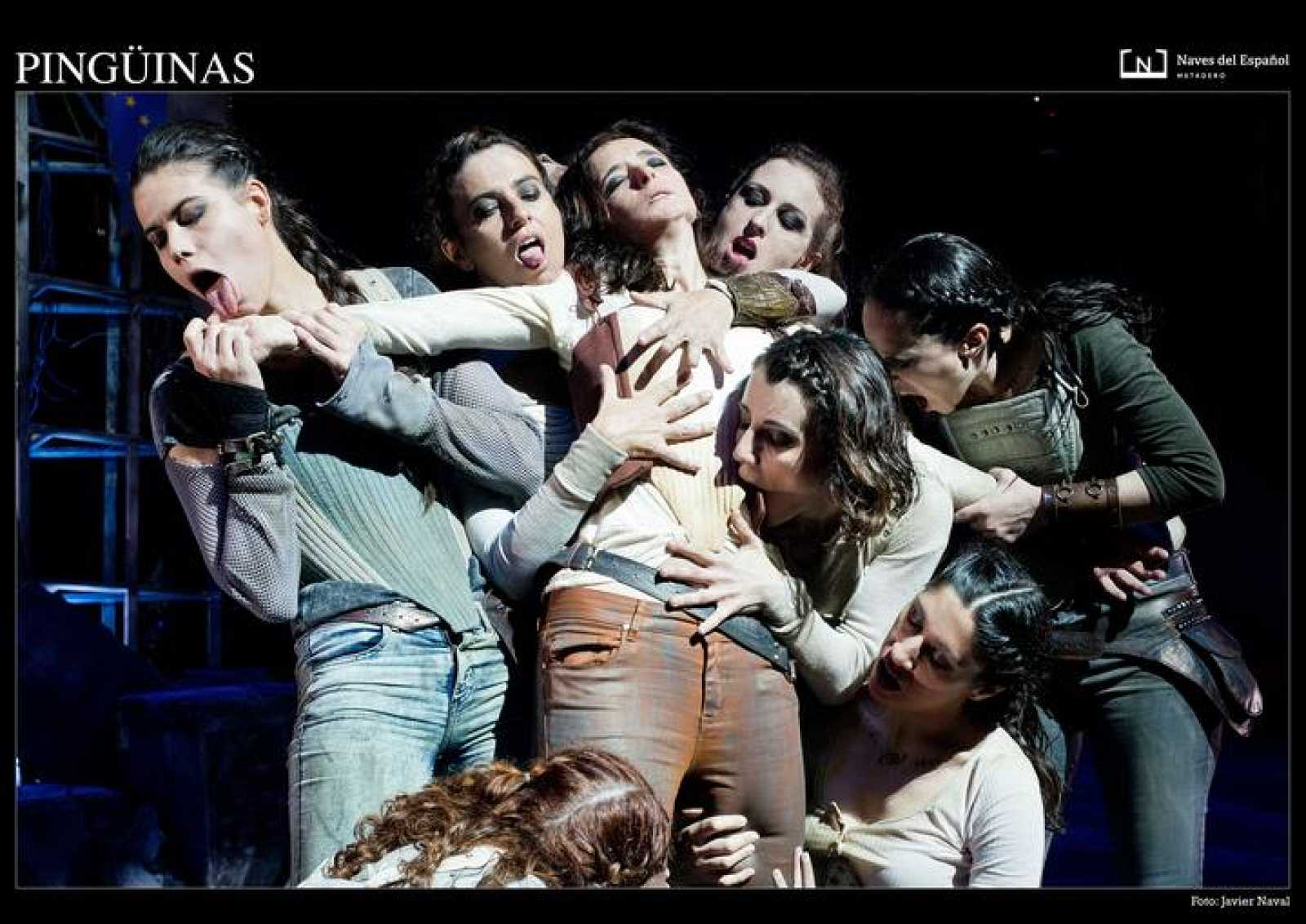 Fotografía de una Escena de 'Pingüinas', de Fernando Arrabal, dirigida por Juan Carlos Pérez de la Fuente en las Naves del Español.