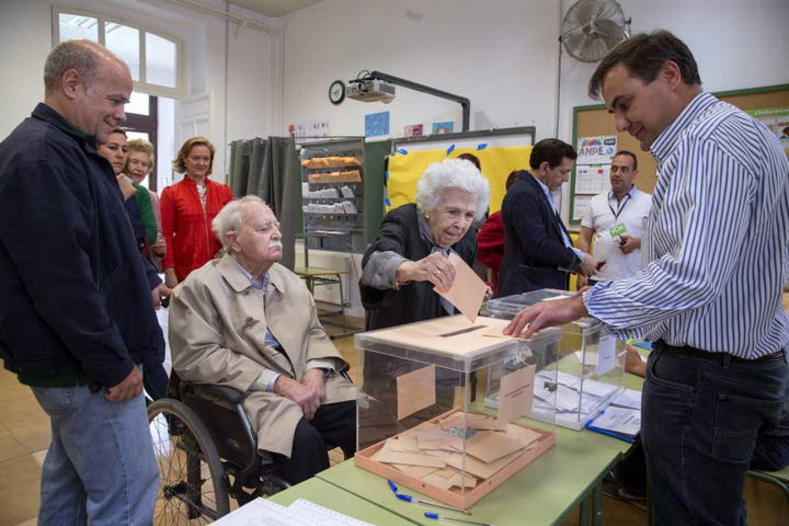 Una mujer ejerce su derecho al voto en el colegio electoral Cierva Peñafiel de Murcia