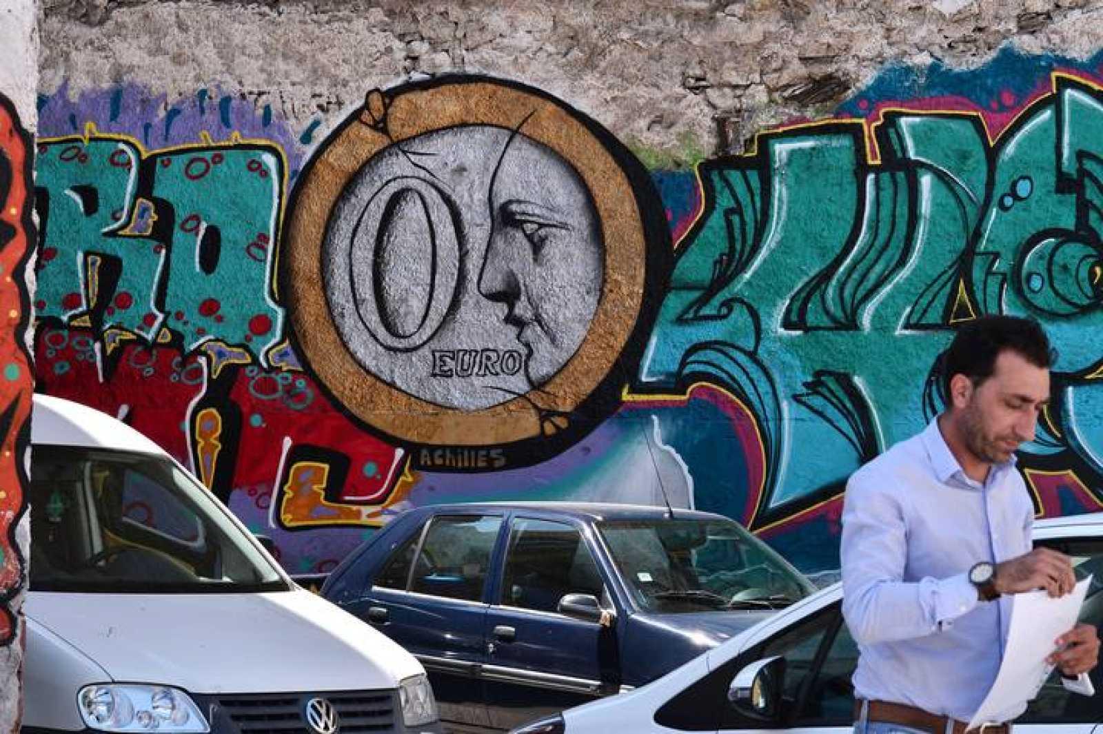Un grafiti de una moneda de 'cero euros' en Atenas