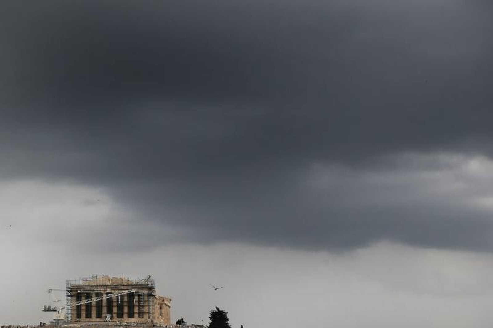 Nubes de tormenta sobre el Partenón en Atenas