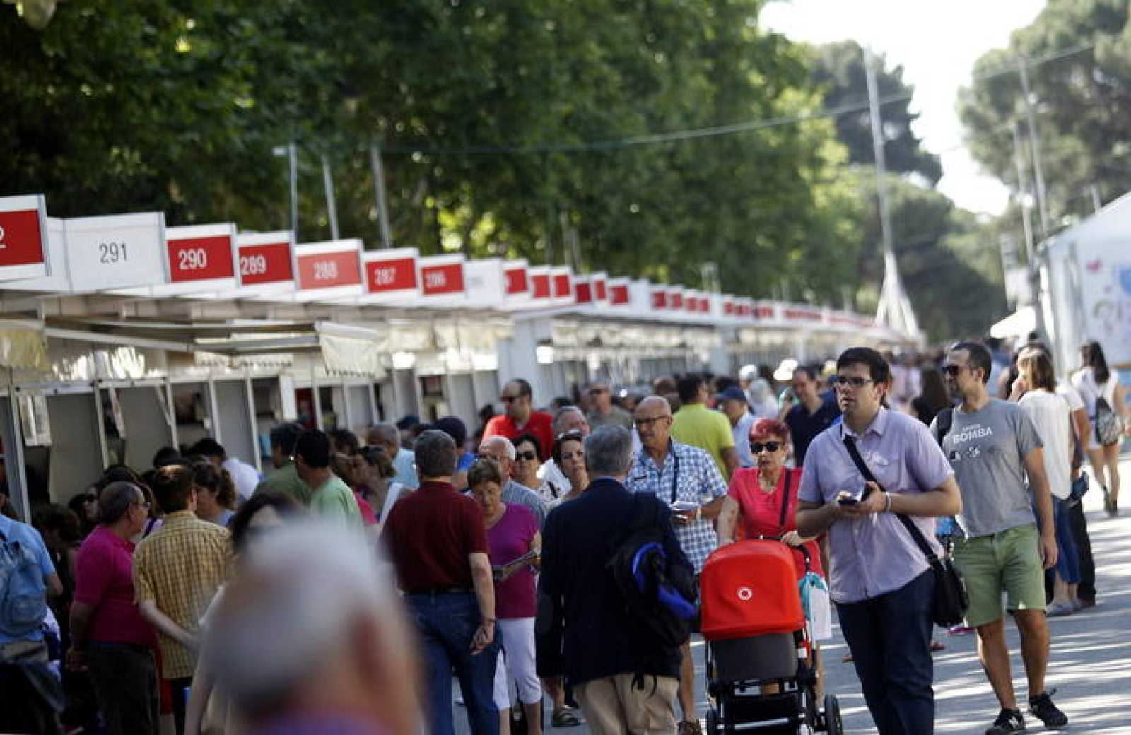 Vista general de la Feria del Libro de Madrid que se celebra en madrileño Parque de El Retiro.