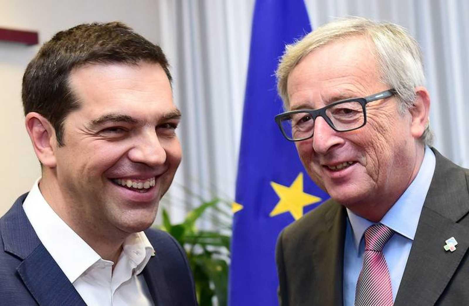 Tsipras posa con Juncker en Bruselas.