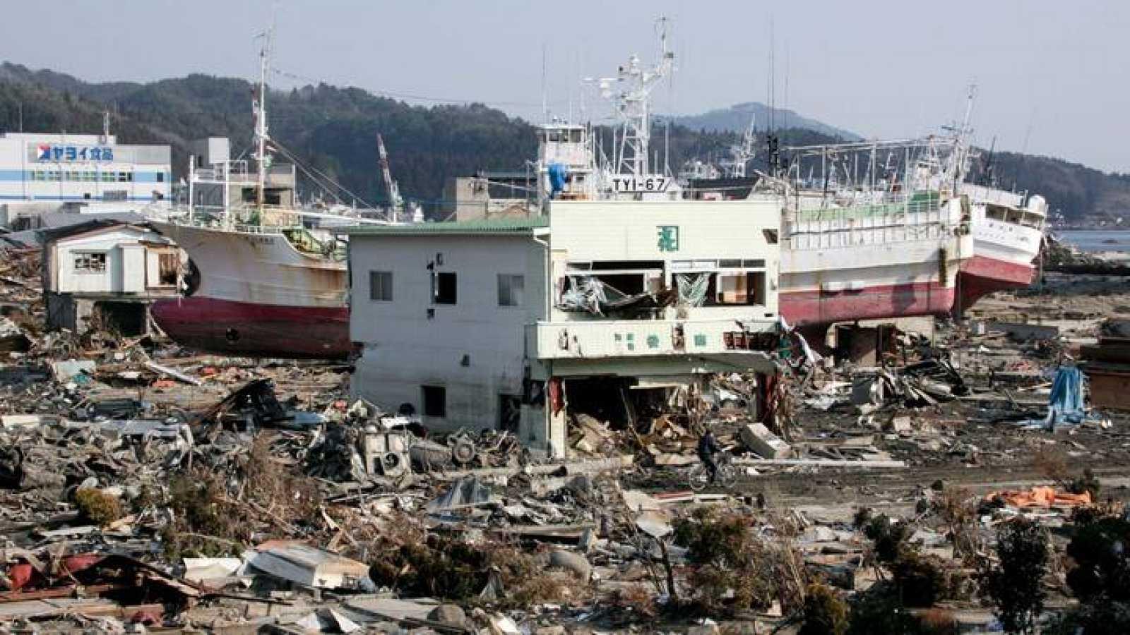 Vista de varios barcos de pesca varados en tierra y una tienda de algas marinas destruida en una zona arrasada por el tsunami en Kesennuma (Japón), en marzo de 2011.