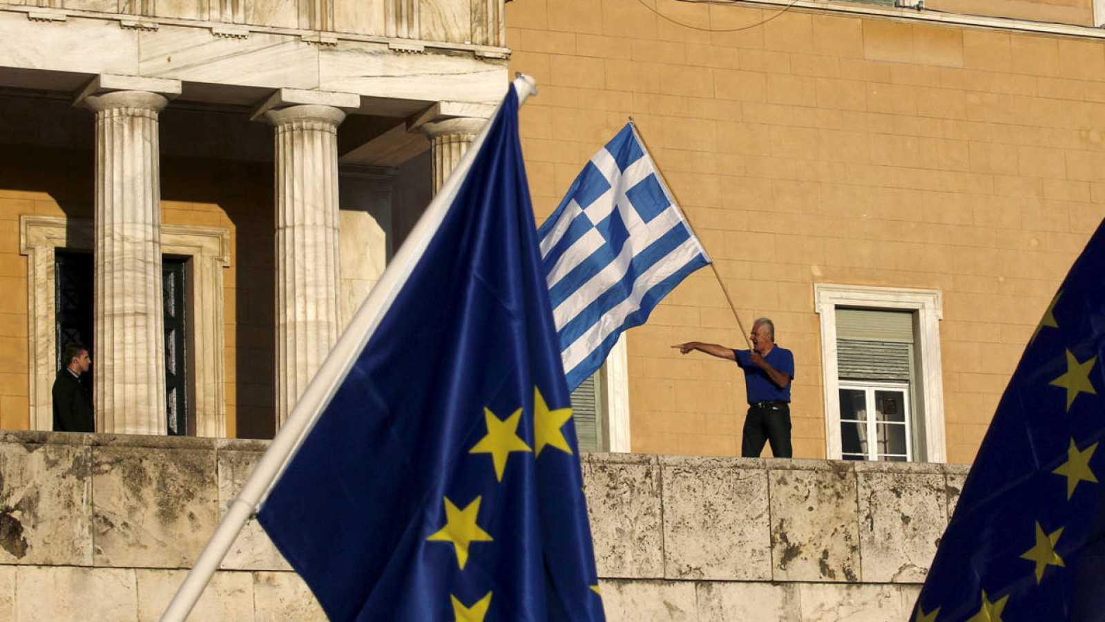 Un manifestante señala al guardia de seguridad del Parlamento griego