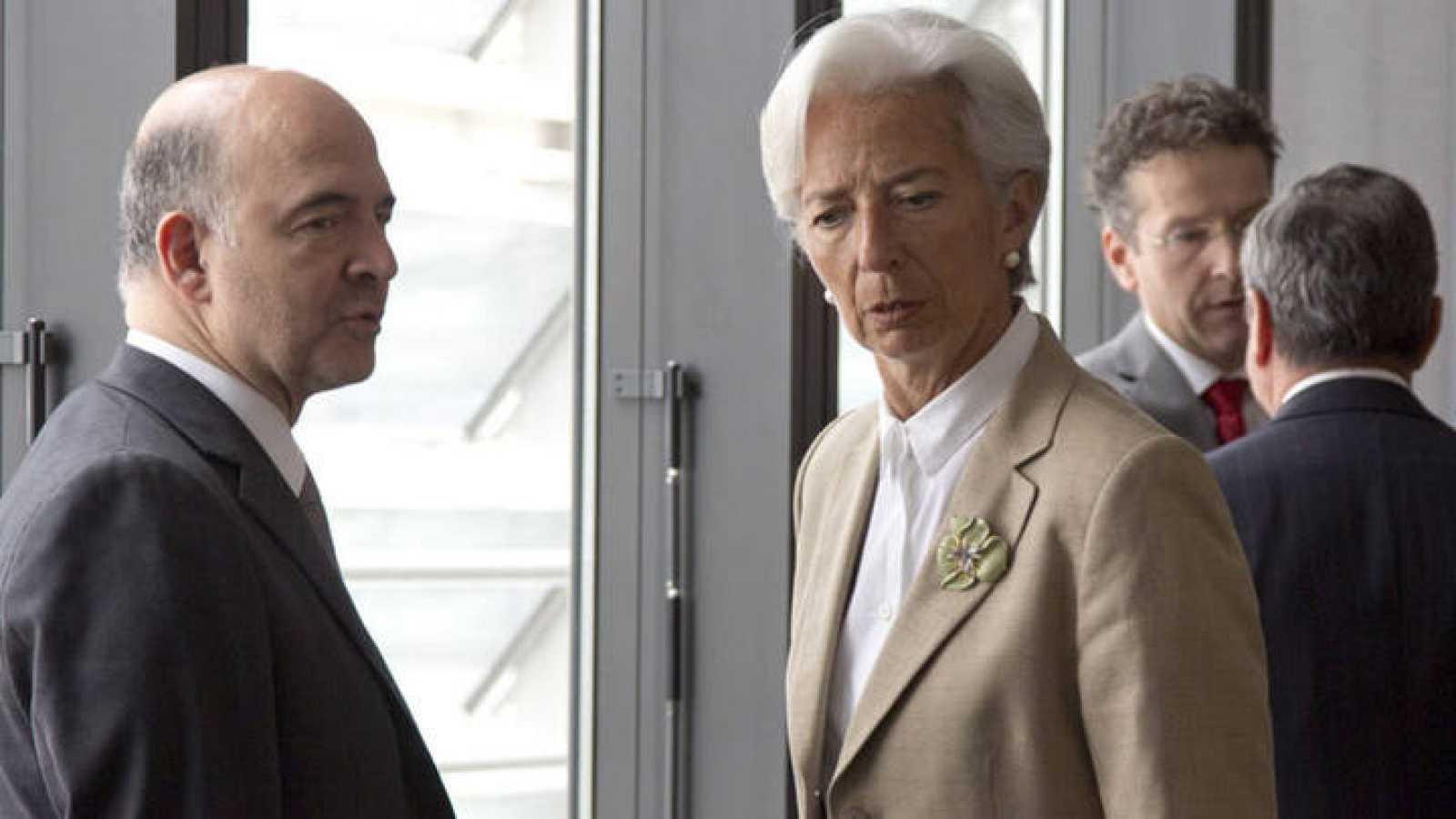El comisario de Asuntos Económicos y Financieros, Pierre Moscovici, conversa con la directora gerente del FMI, Christine Lagarde, antes del comienzo de una reunión sobre Grecia en Bruselas.
