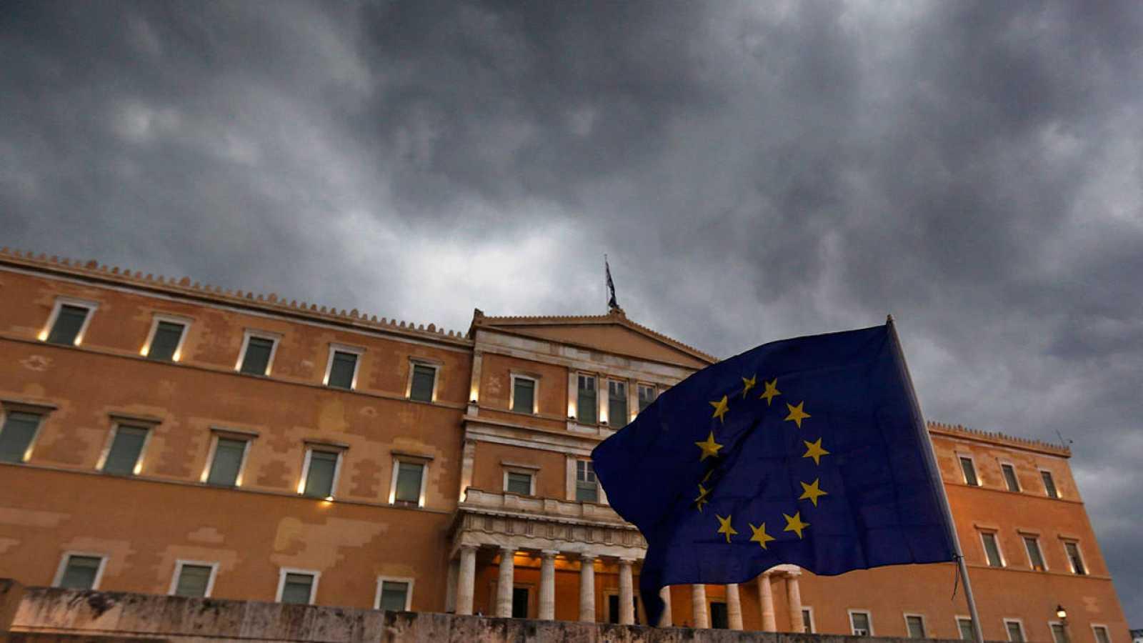 Una bandera de la UE ondea delante del Parlamento en Atenas