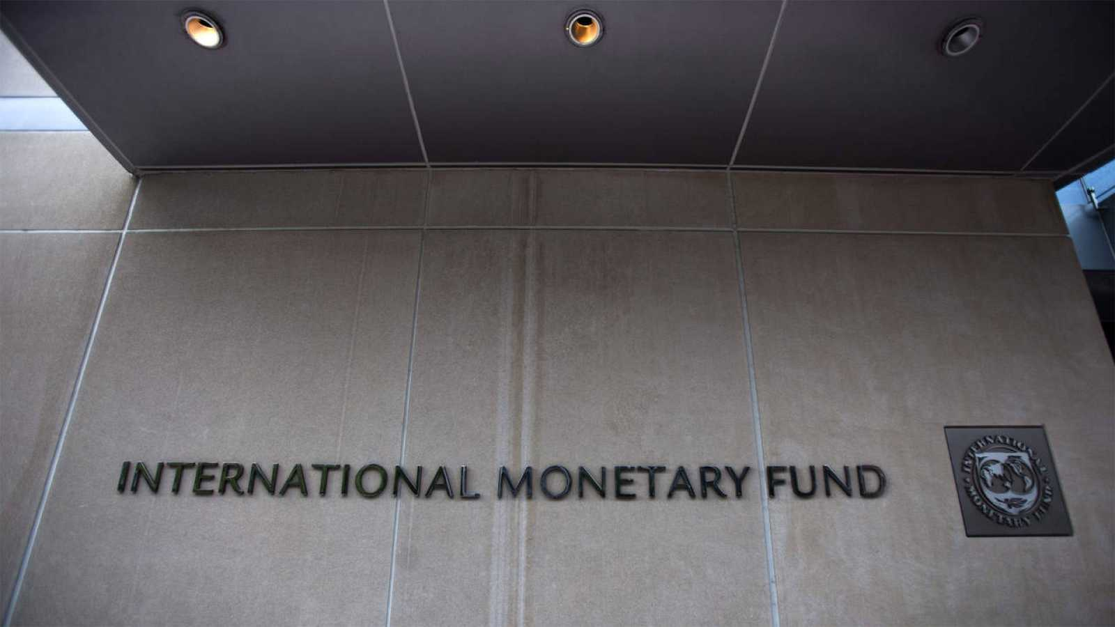 Imagen de la fachada de la sede del FMI en Washington, con el letrero del nombre de la entidad.