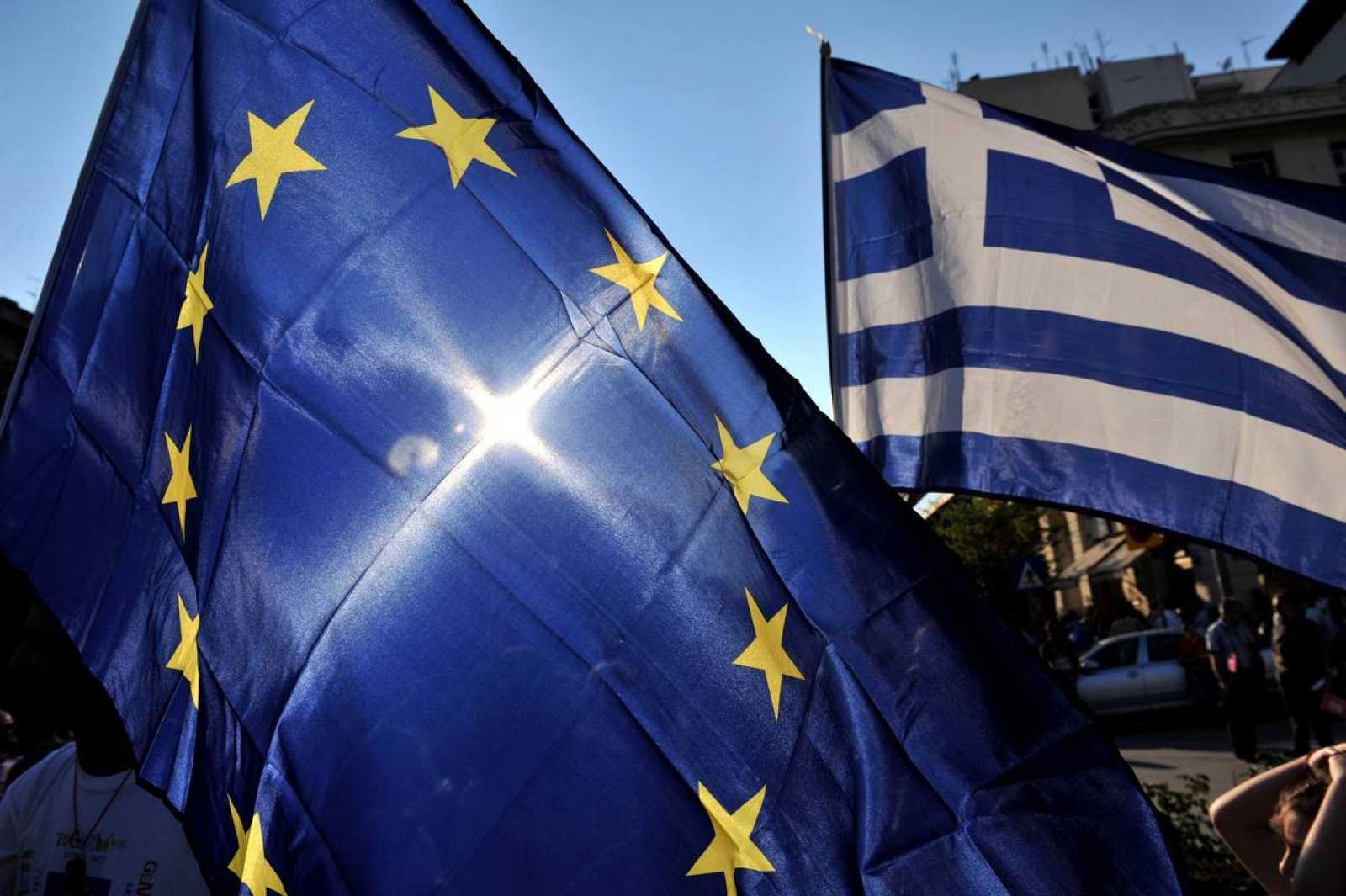 Banderas de la Unión Europea y Grecia