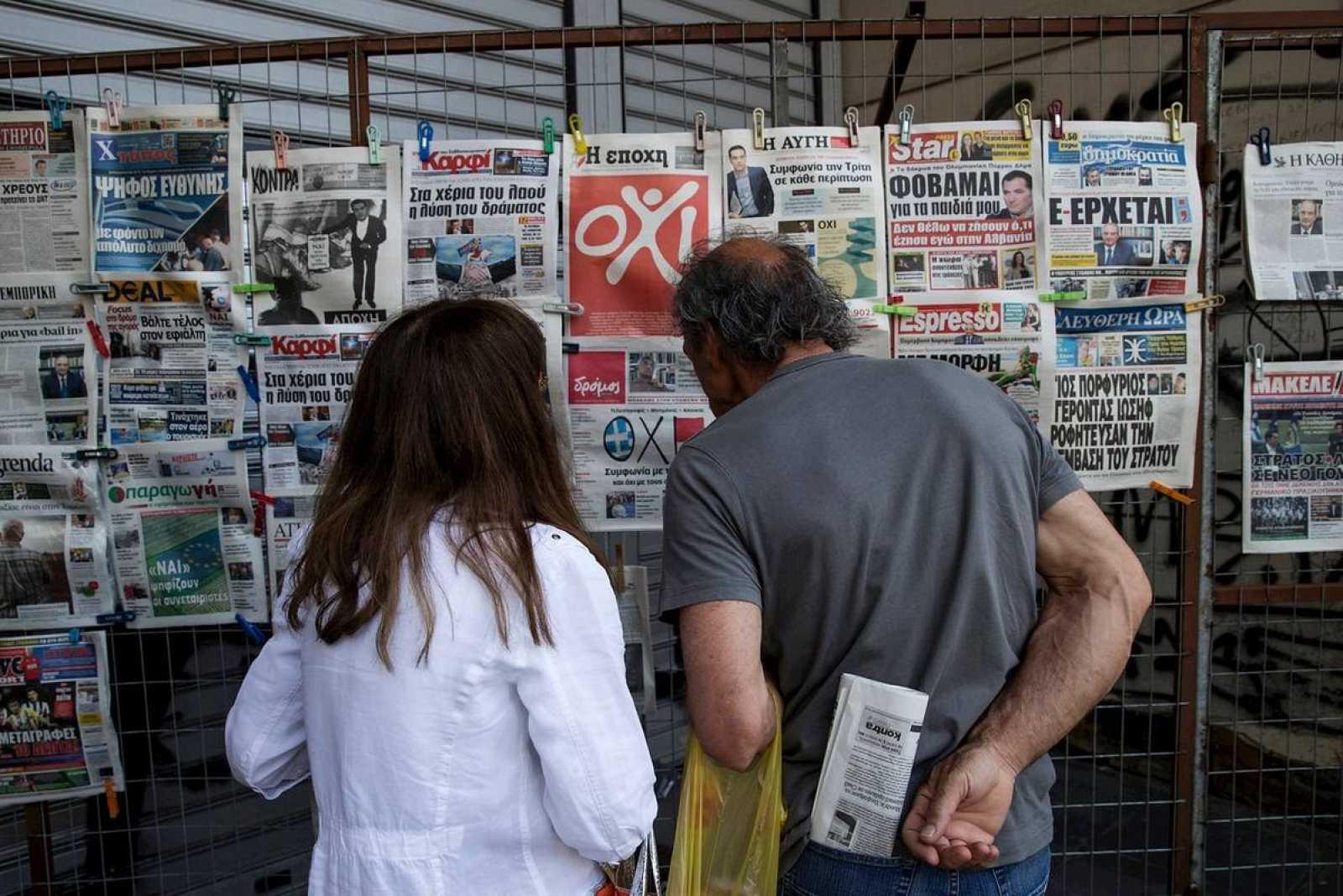 Las portadas de los periódicos griegos recogen las últimas encuestas del referéndum del domingo.