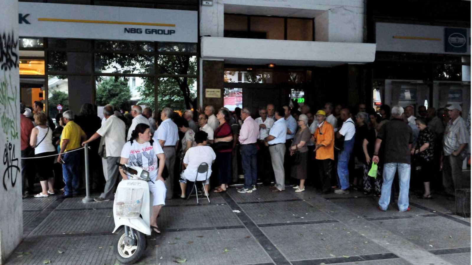 """Los bancos griegos podrían abrir esta semana en caso de que se llegue a un acuerdo con los acreedores, pese a ello, el Gobierno griego considera que los controles de capitales seguirán """"algunos meses""""."""