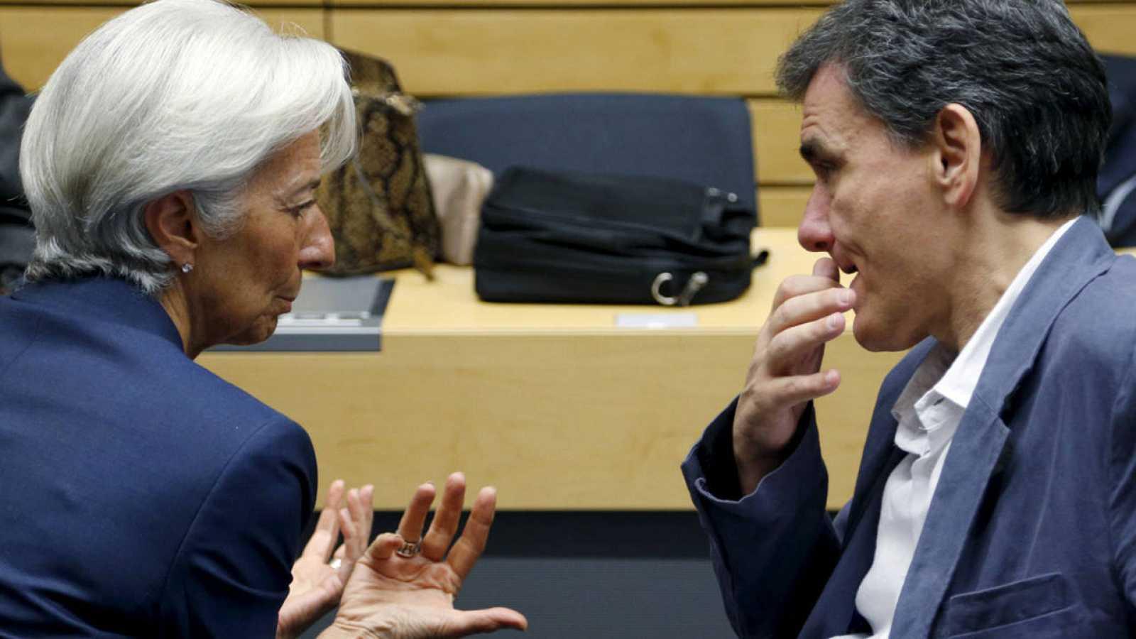 La directora gerente del Fondo Monetario Internacional, Christine Lagarde, conversa con el ministro de Finanzas de Grecia, Euclides Tsakalotos, en Bruselas.