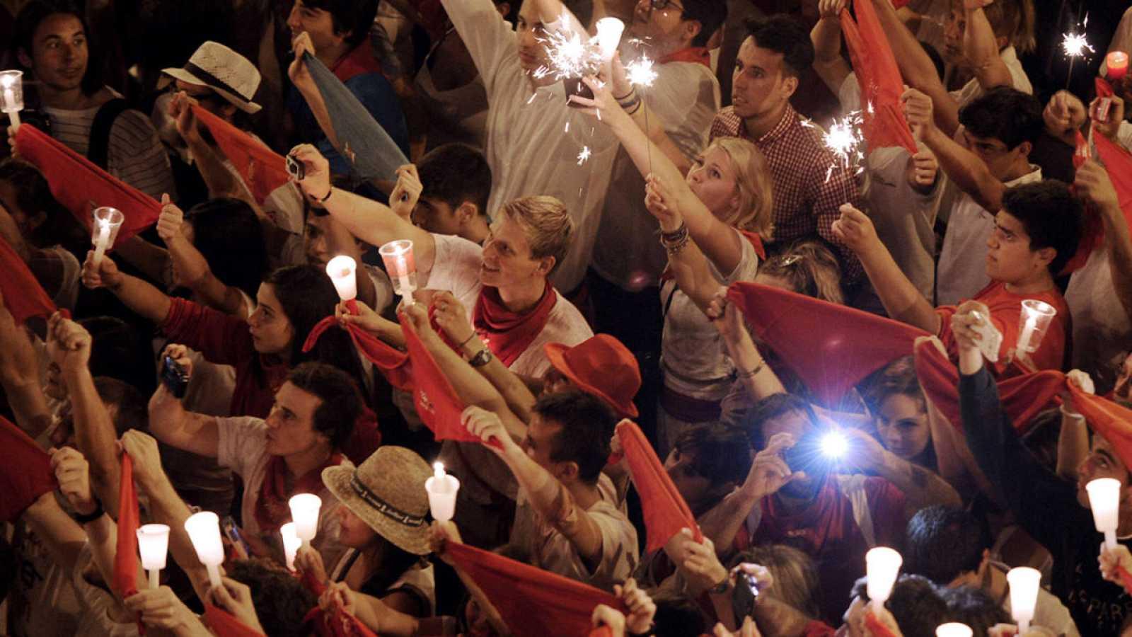 Miles de pañuelos y velas han llenado la Plaza del Ayuntamiento de Pamplona para despedir los Sanfermines 2015.