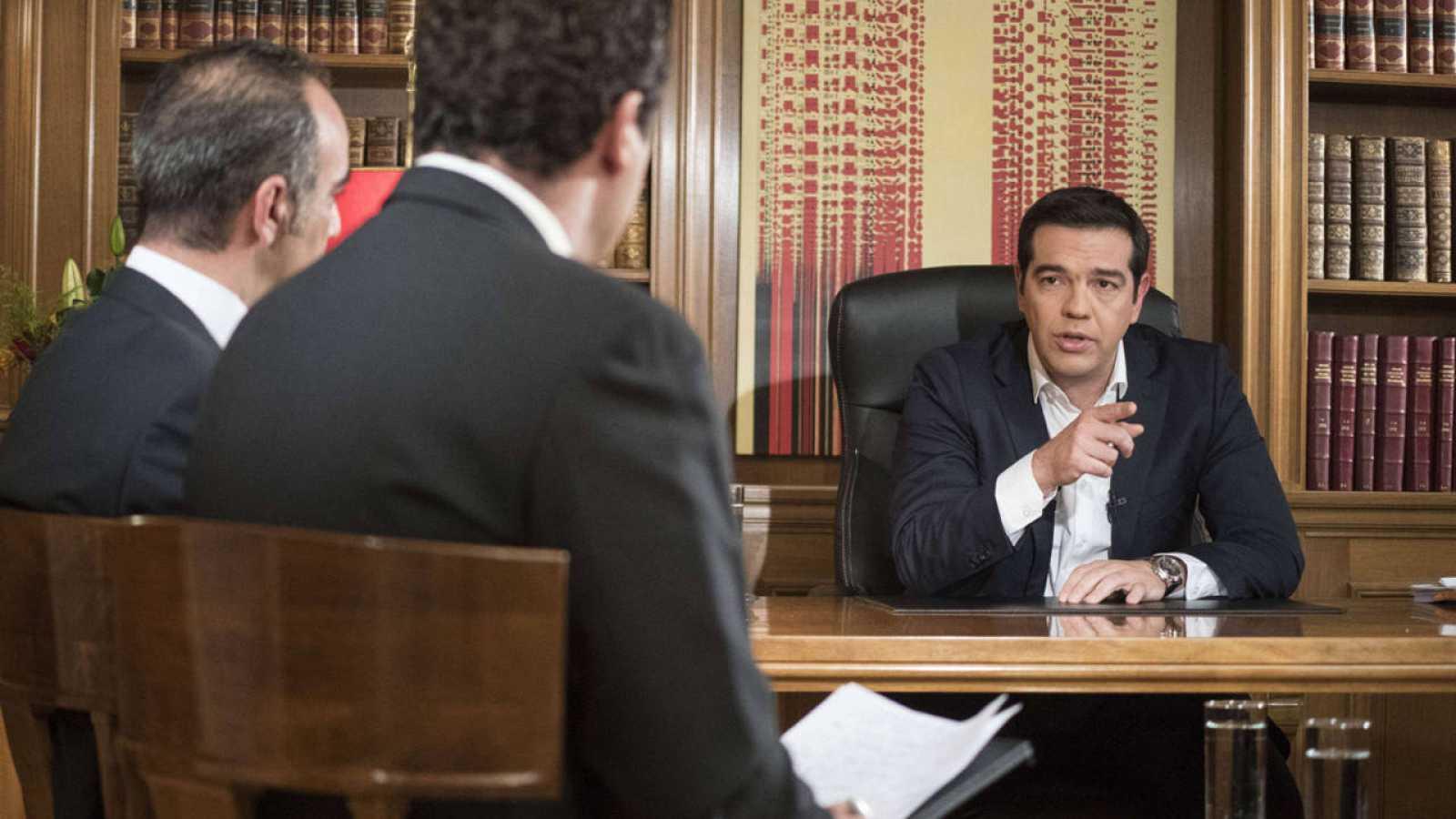 Fotografía cedida por la Oficina del primer ministro de Grecia que muestra un momento de la entrevista ofrecida por Alexis Tsipras a la televisión pública ERT.