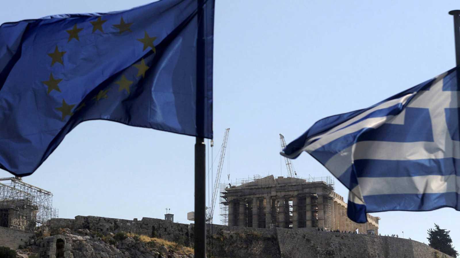 Las banderas de la UE y de Grecia ondean con el Partenón al fondo
