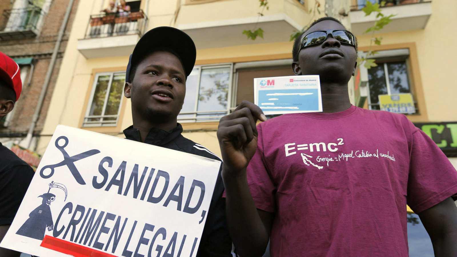 Protesta en contra de la retirada de la tarjeta sanitaria a los inmigrantes sin residencia en 201