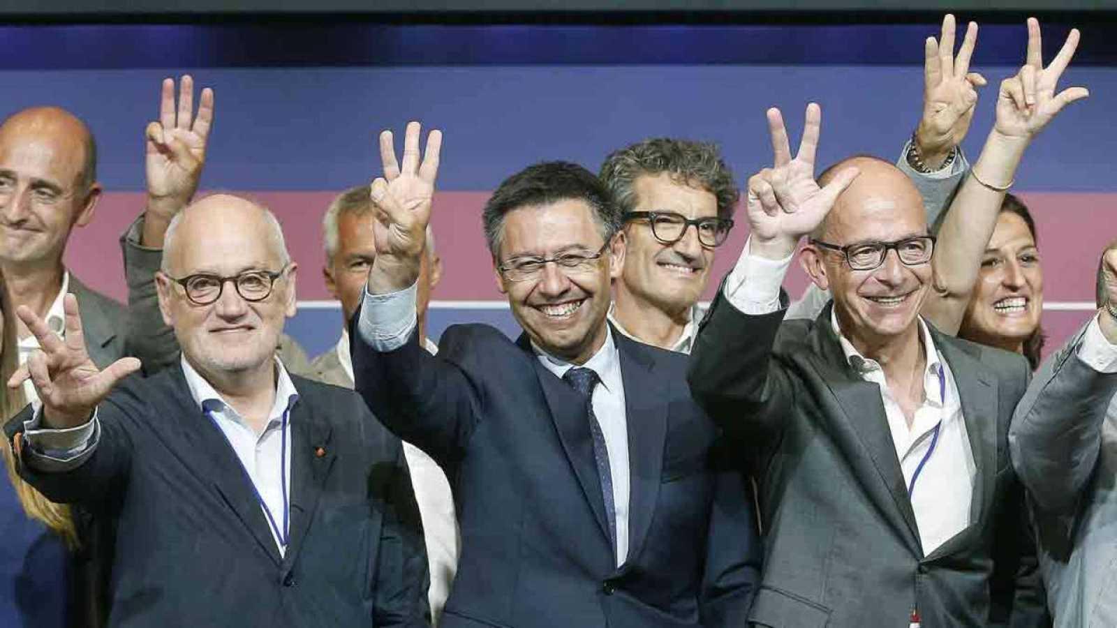 Josep Maria Bartomeu junto a su equipo, tras proclamarse presidente del FC Barcelona.