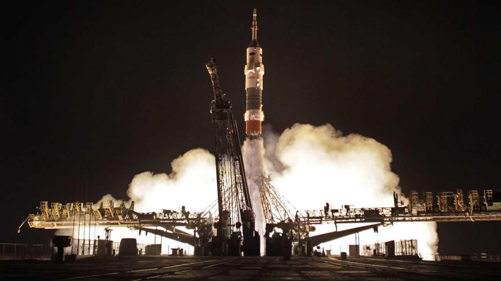 El cohete Soyuz TMA-17M durante el despegue rumbo a la Estación Especial Internacional en en Baikonur (Kazajistán).