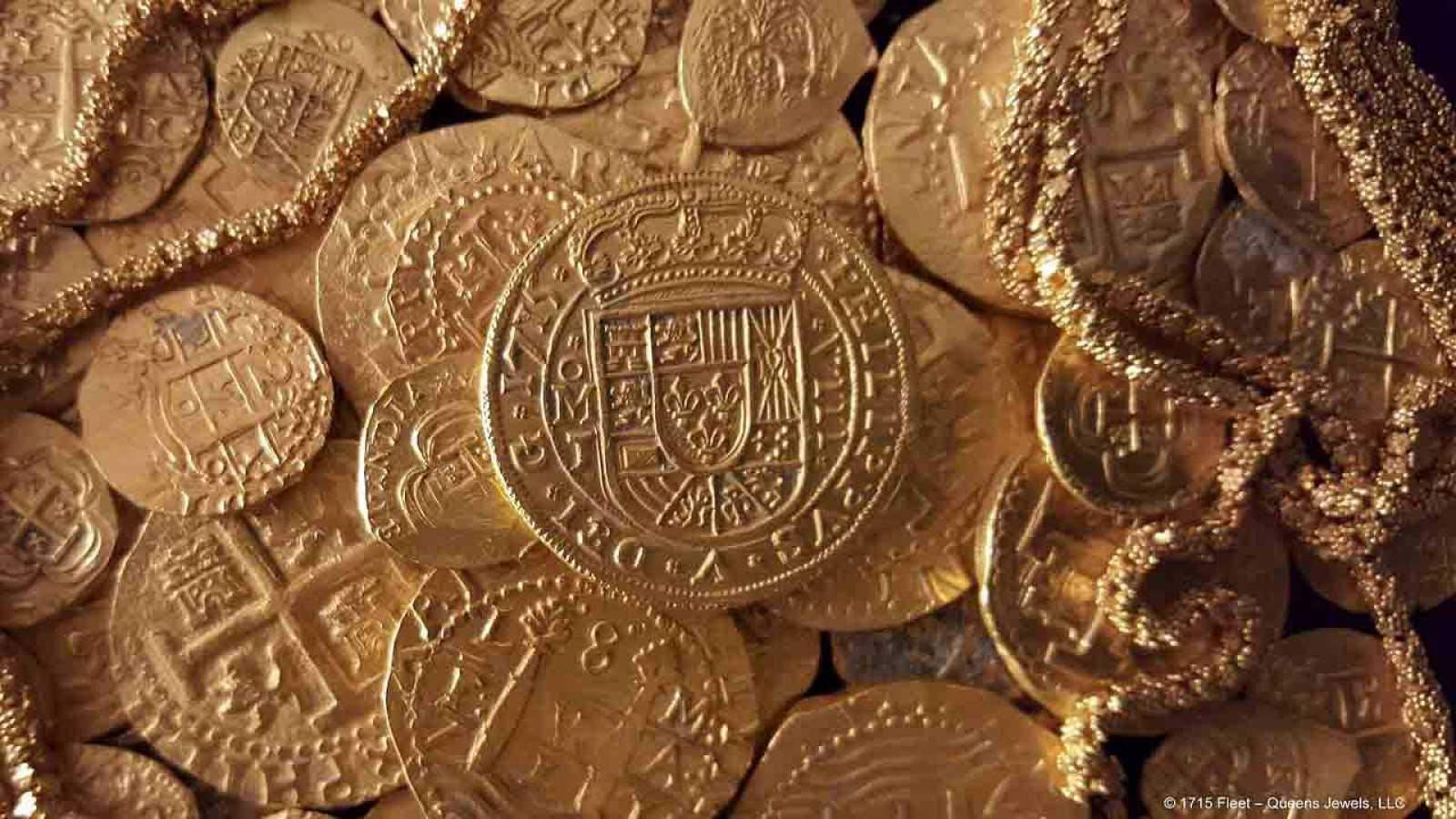 Vista de las monedas y el cordón de oro encontrado entre los restos del barco español hundido en 1715