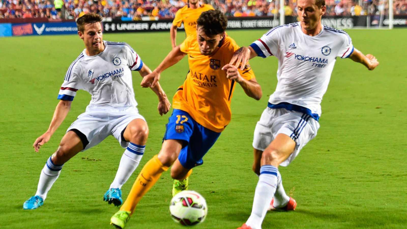 El jugador del F C Barcelona Munir disputa el balón con Azpilicueta y  Cahill a3589622bb109