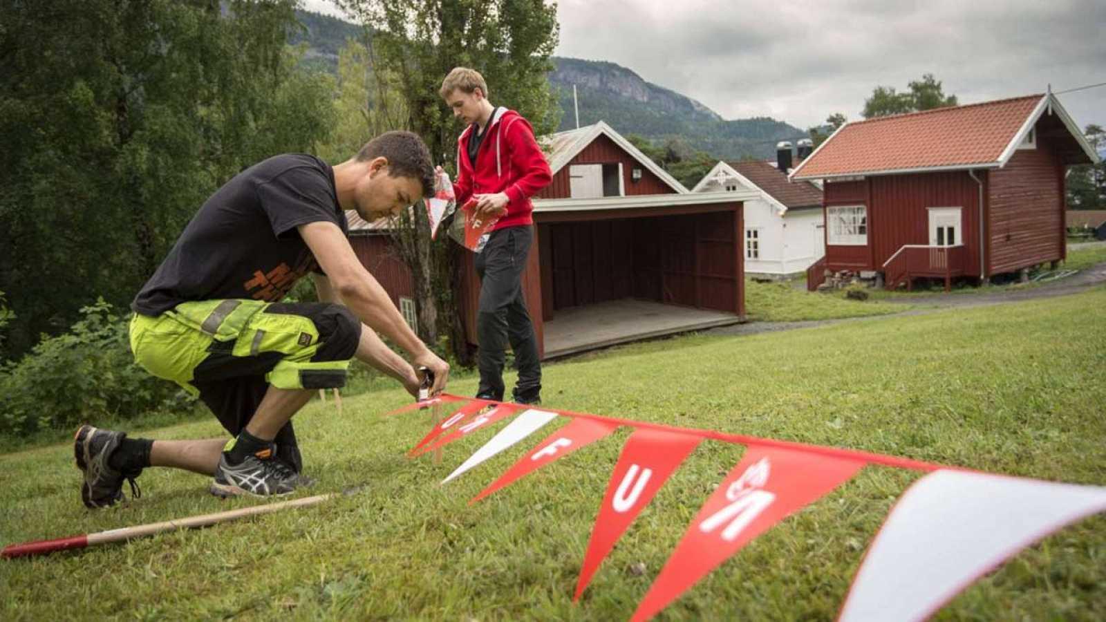Activistas colocan banderas del Partido Laborista noruega (UAF) en Utoya, en los preparativos de la reapertura del campamento