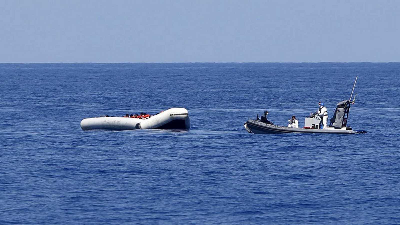 "Una lancha del barco italiano ""Francesco Mimbelli"" rescata a varias personas de una barca hinchable frente a la costa de Libia, el 6 de agosto. REUTERS/Darrin Zammit Lupi"