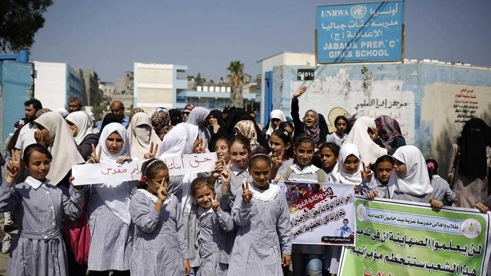 Escolares palestinos en una protesta por la reducción de programas educativos de la UNRWA en el campo de refugiados de Yabalia, Gaza