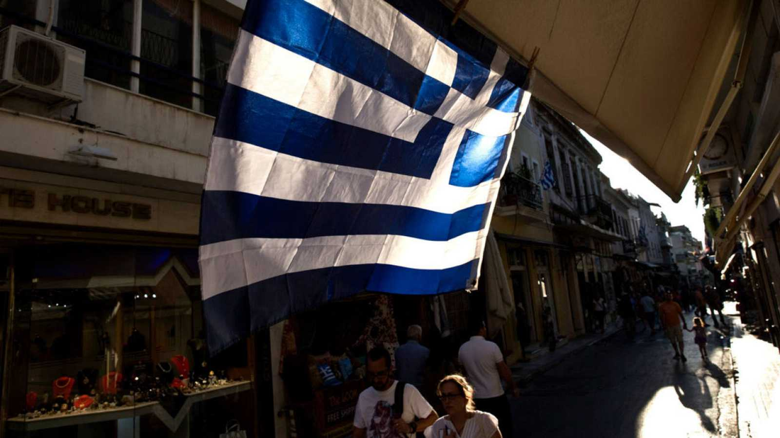 Imagen de archivo de una bandera griega en una calle de Atenas
