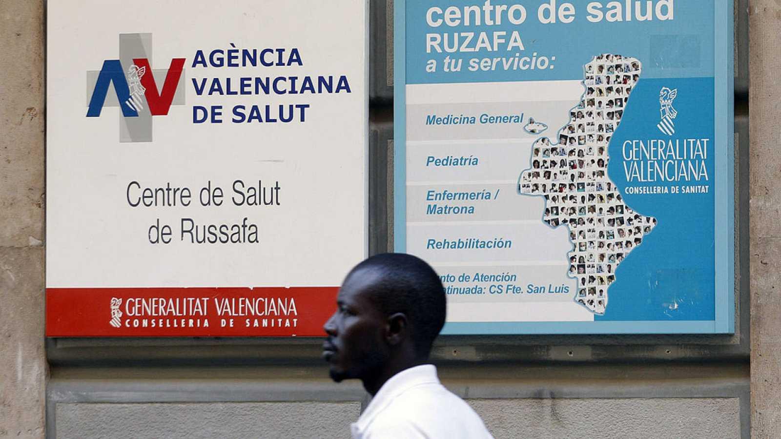Un hombre  inmigrante pasa ante el centro de Salud de Ruzafa, en Valencia