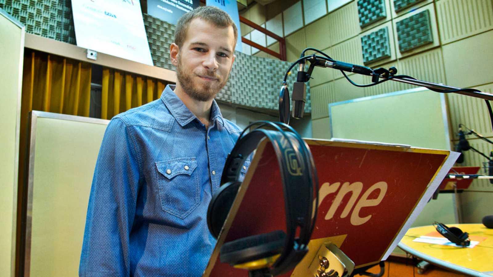 Álvaro Cervantes graba la ficción sonora 'Carlos de Gante'