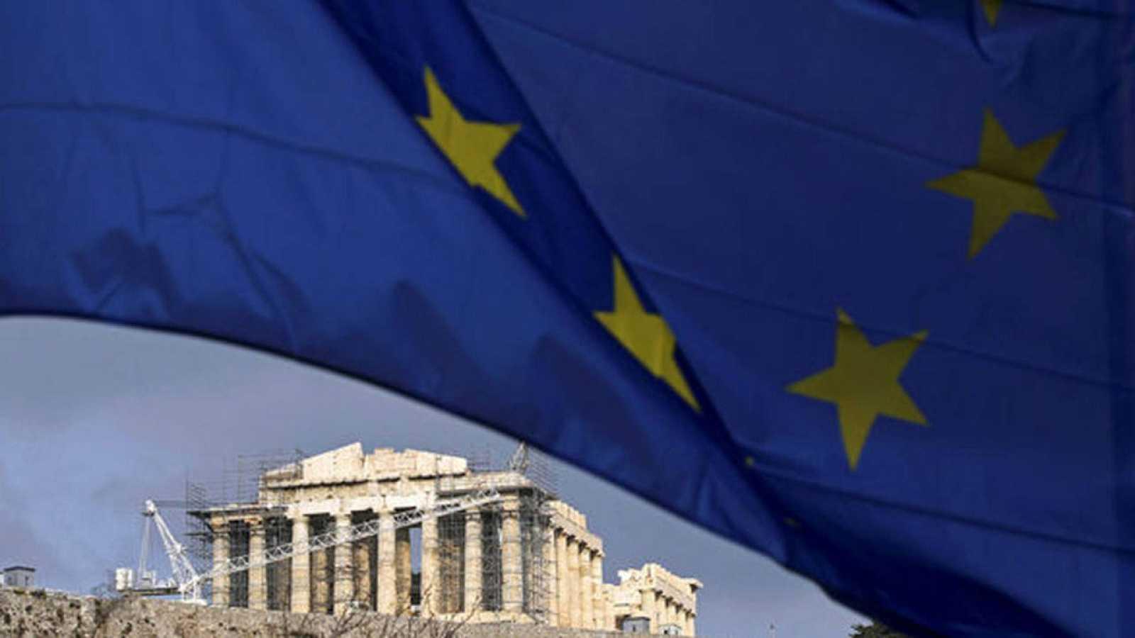 Una bandera de la Unión Europea ondea sobre el Partenón