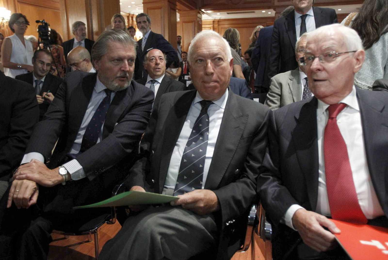 El ministro de Asuntos Exteriores, José Manuel García Margallo, en el centro, con el de Educación, Íñigo Méndez de Vigo, y el director del Instituto Cervantes, Víctor García de la Concha.