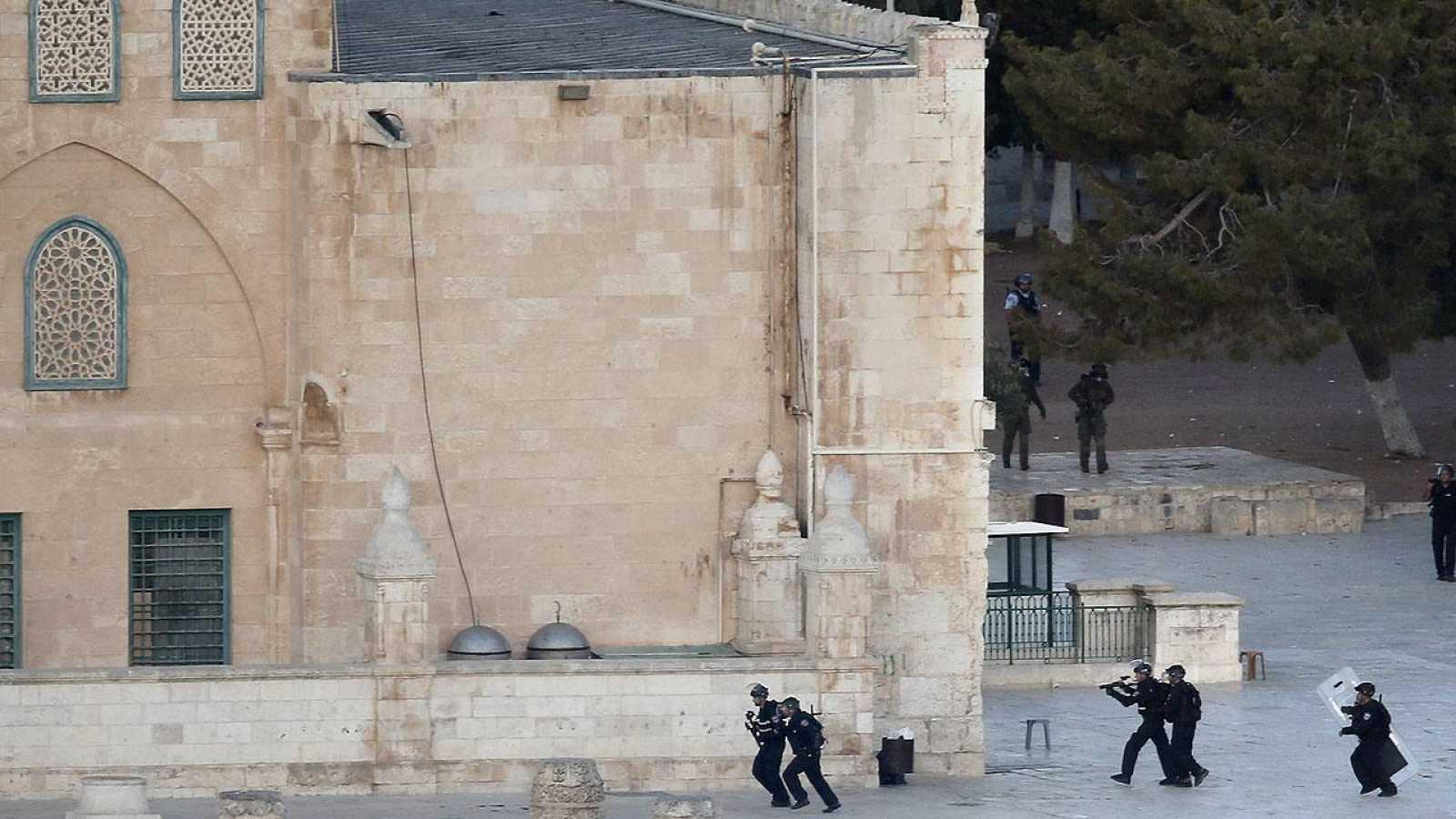 Policías israelíes se enfrentan con jóvenes palestinos frente a la mezquita de Al Qasa, en Jerusalén