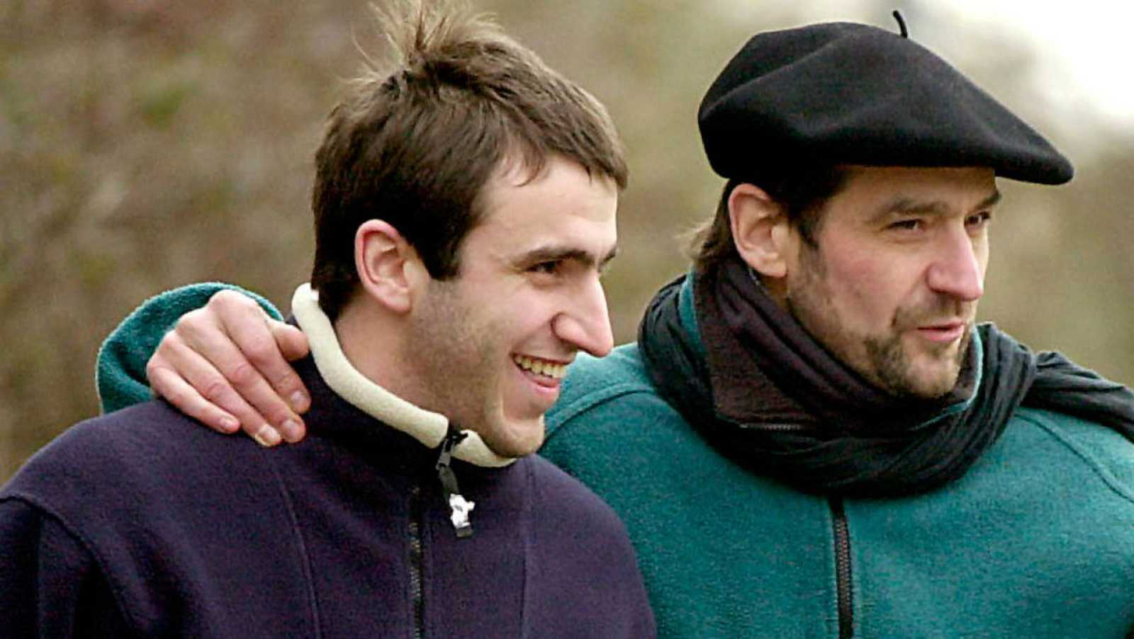Egoitz Urrutikoetxea (i) junto a su padre Josu Ternera, en una foto de archivo del año 2000