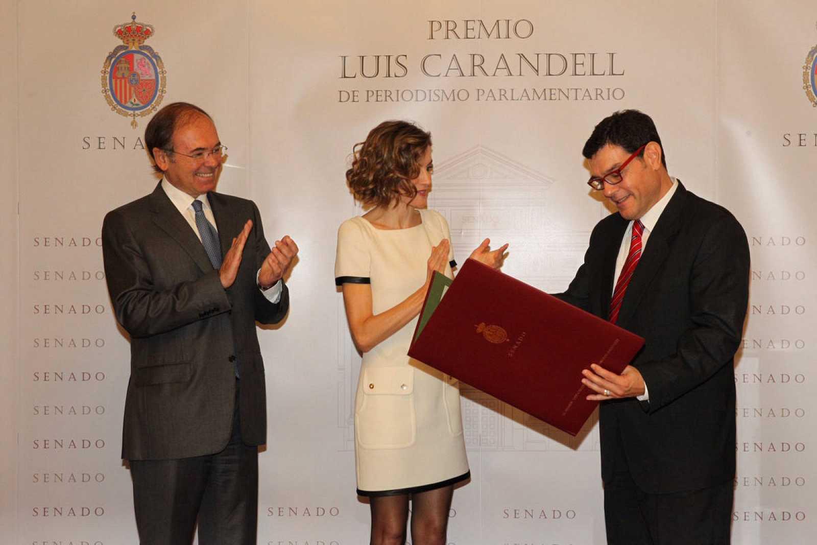 Miguel Ángel Domínguez recoge el premio Luis Carandell en el Senado.