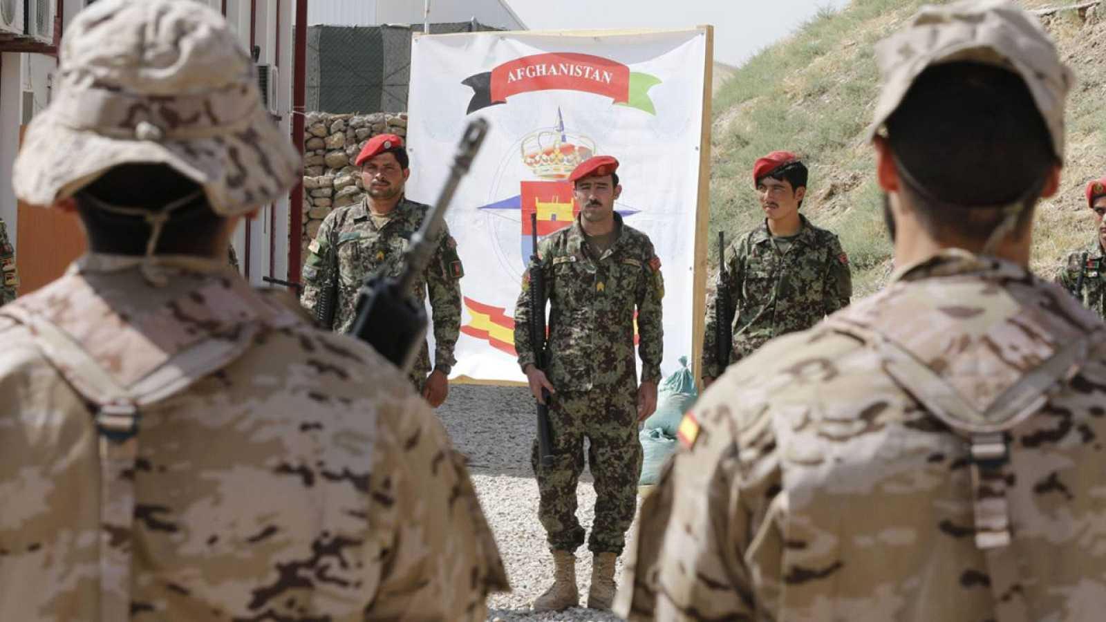 Militares españoles y afganos en un acto en Qala i Naw, en 2003