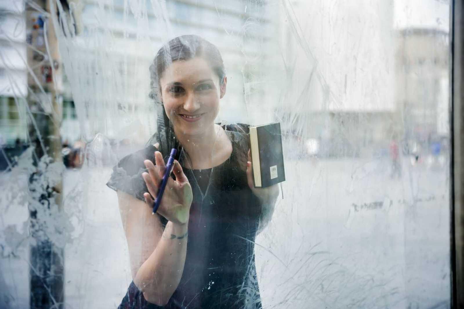 """La nueva cara de """"La mitad invisible"""", Clara Peñalver, es escritora de novelas de suspense"""