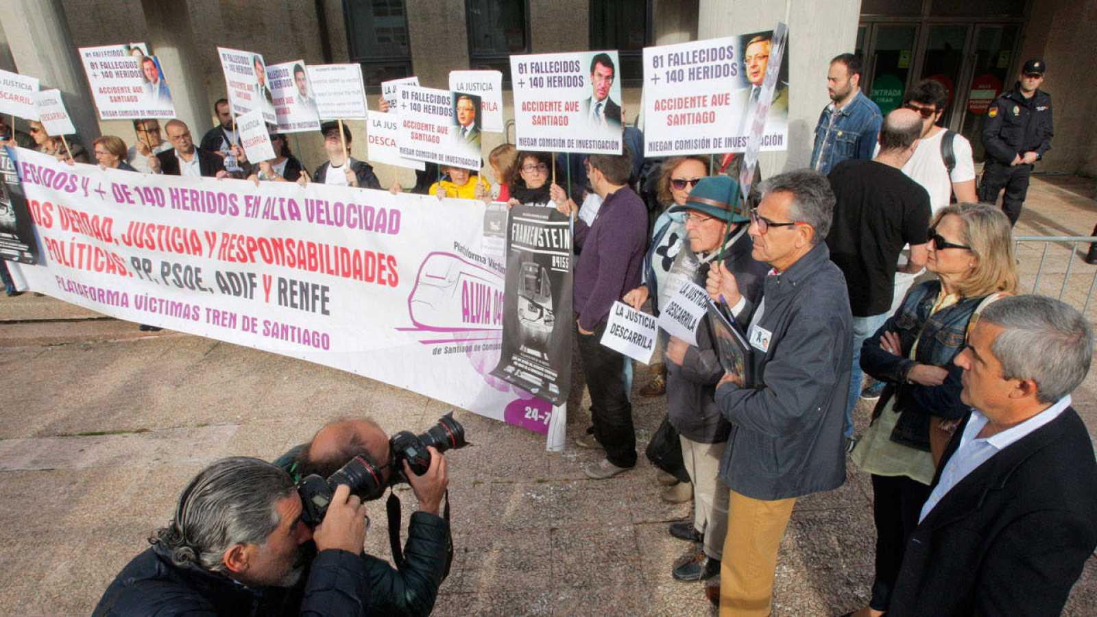Protesta de las víctimas del Alvia ante los juzgados el pasado viernes tras el fin de la instrucción.