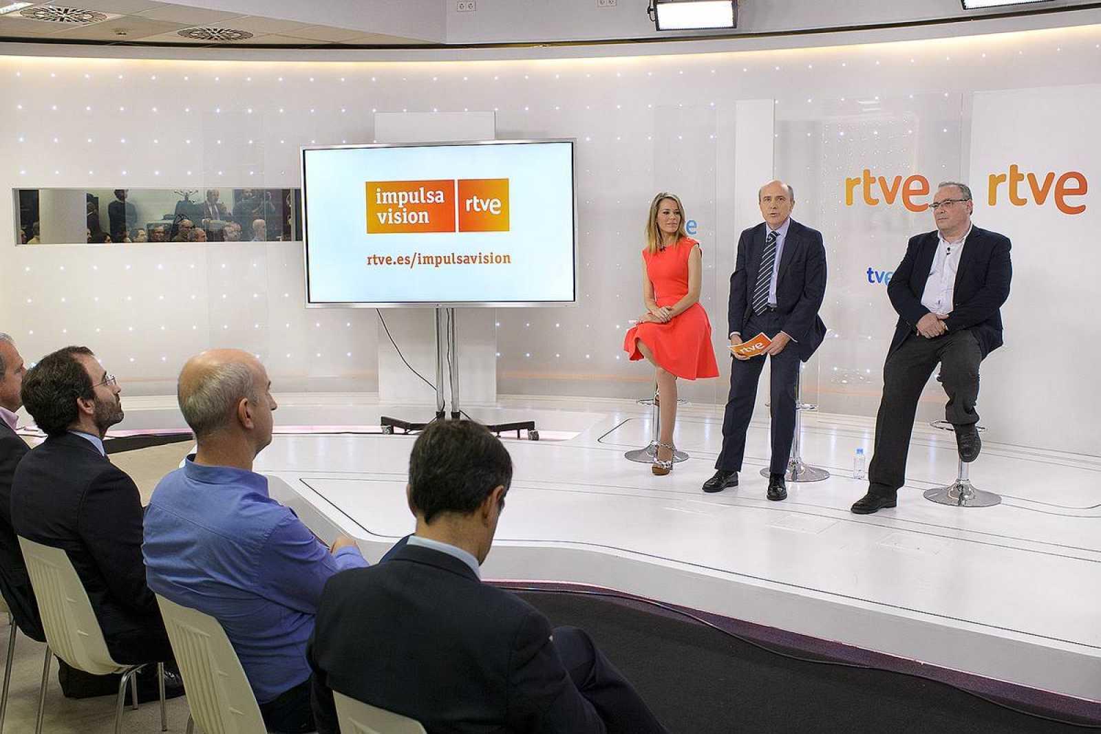 La presentadora de la rueda de prensa, Ana Belén Roy, el director general corporativo de RTVE, Enrique Alejo, y el jefe de la Unidad Gestión del Centro de Innovación de RTVE, Esteban Mayoral, en un momento de la presentación