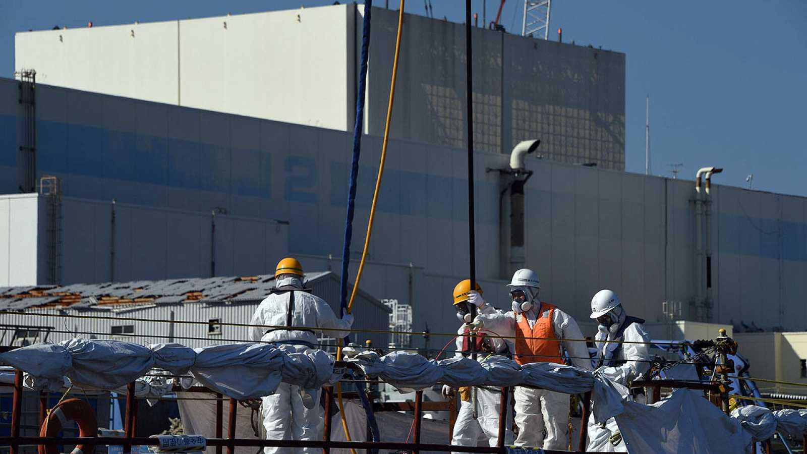 Trabajadores de la planta de Fukushima instalan un muro impermeable en el mar frente a la central, el 9 de octubre