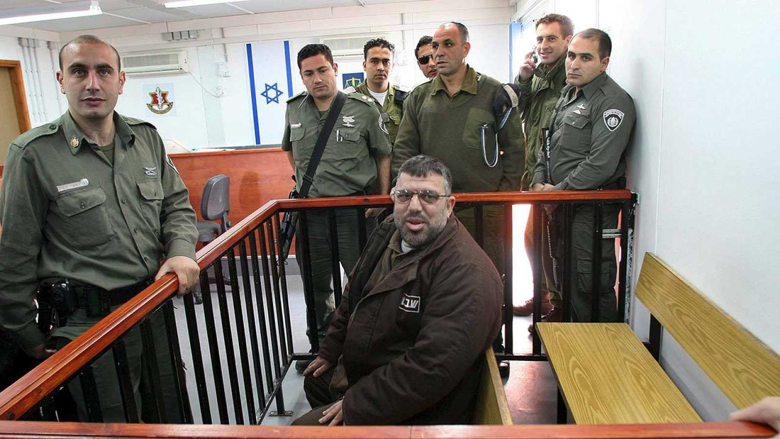 Fotografía de archivo de Hasan Yusef, líder de Hamás en Cisjordania, durante un juicio en un tribunal israelí en 2006. REUTERS/Ammar Awad