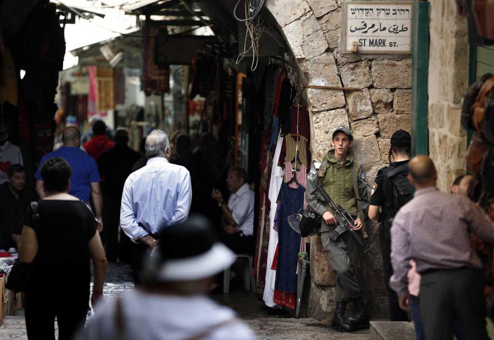 Las fuerzas de seguridad israelíes hacen guardia en la Ciudad Vieja de Jerusalén este viernes.