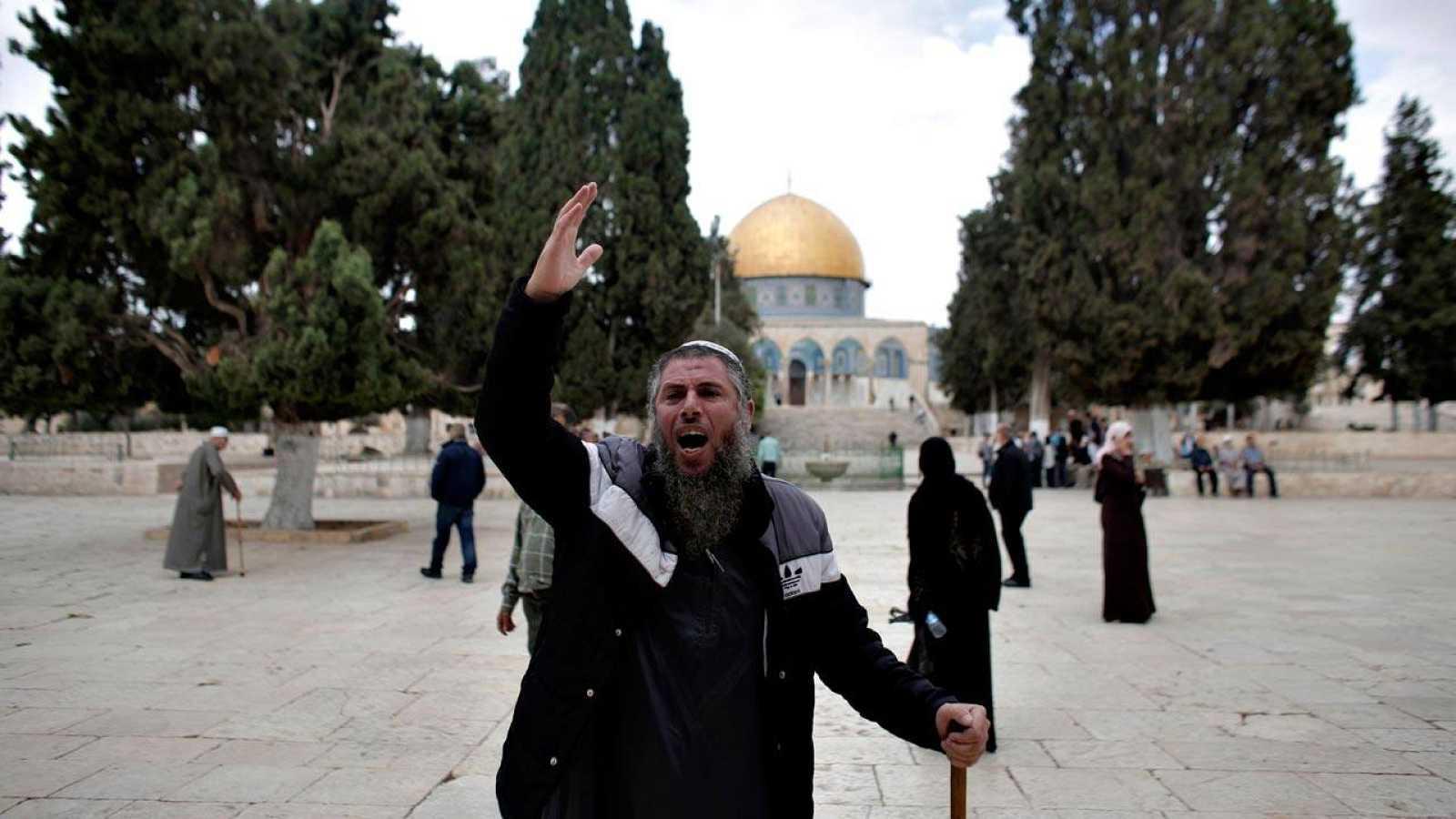 Un palestino gesticula en la Explanada de las Mezquitas de Jerusalén