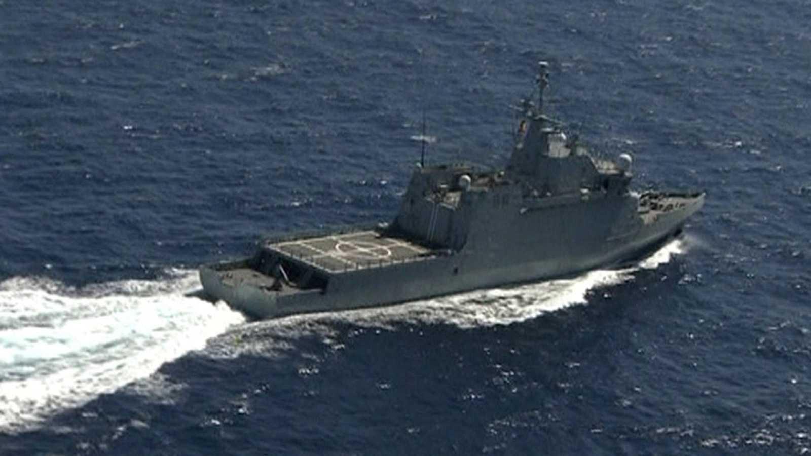 Uno de los barcos que trabajan en la búsqueda de los militares desaparecidos en el accidente del pasado jueves.